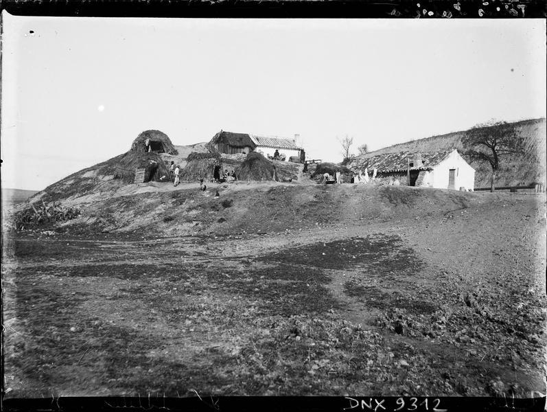 Habitation et huttes de branchages dans la sierra