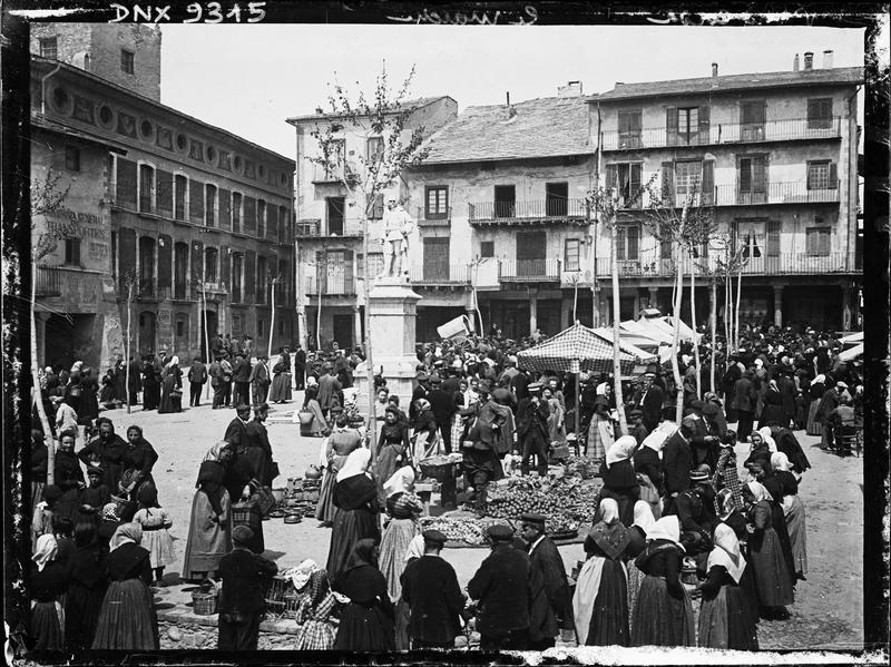 Le marché sur la place Cabrinetty