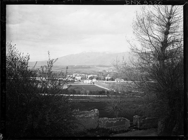 Paysage rural : abords du village au pied des Pyrénées