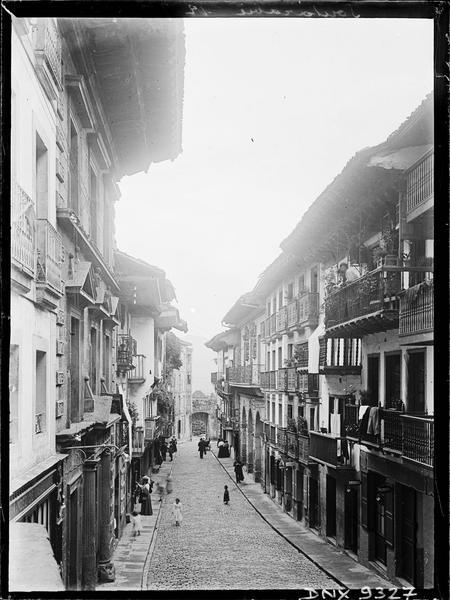 Rue de la ville : vue en perspective vers la porte Santa Maria