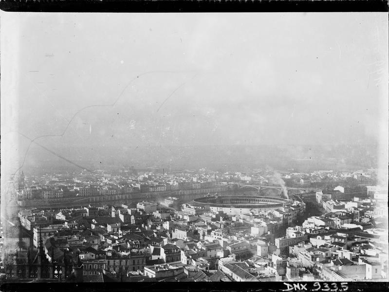 Vue panoramique d'une ville, stade et pont métallique