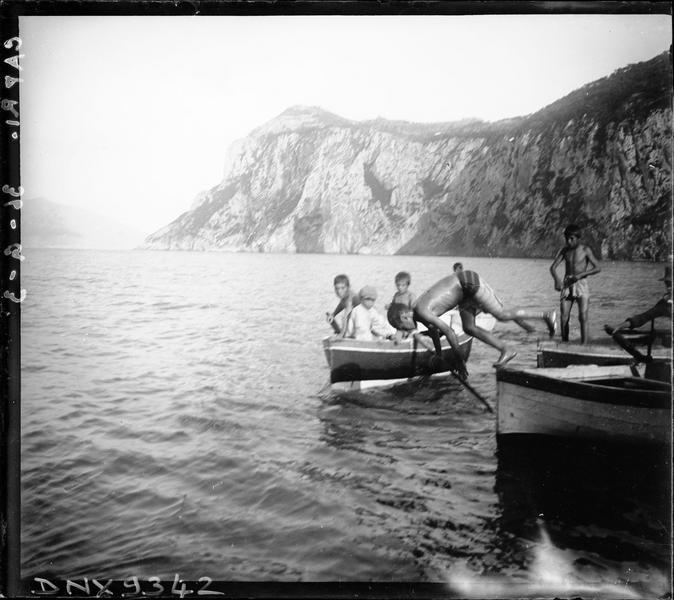 Enfants et adolescents dans des barques
