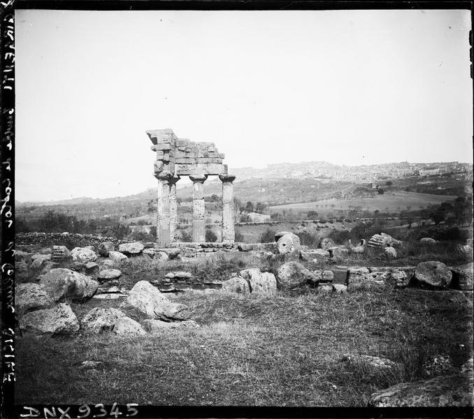 Quatre colonnes dressées au milieu des ruines