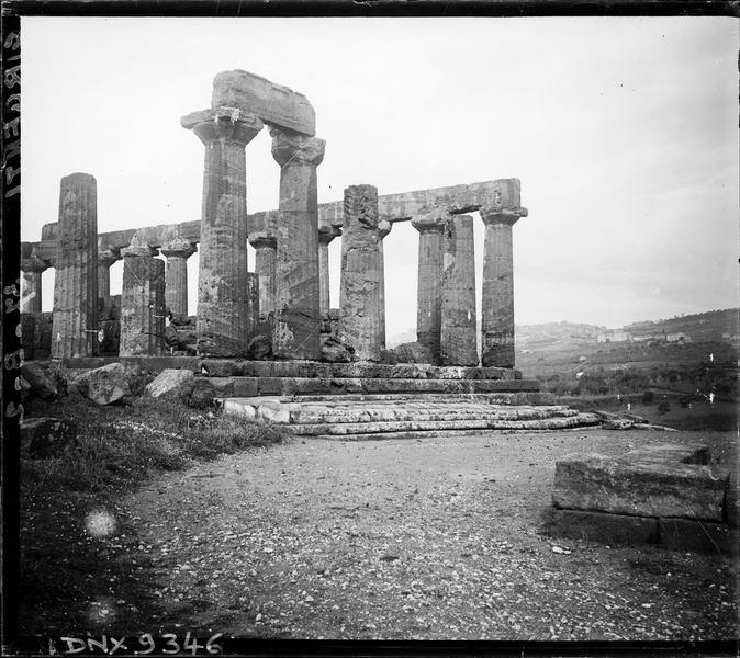 Vue partielle des vestiges : colonnes doriques cannelées, soubassement à quatre degrés