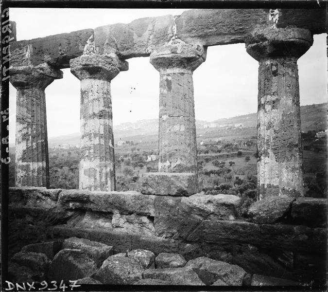 Vue partielle des vestiges : colonnes doriques cannelées soutenant une architrave