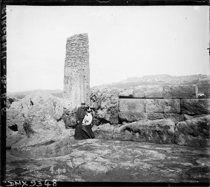 Colonne et mur de pierre