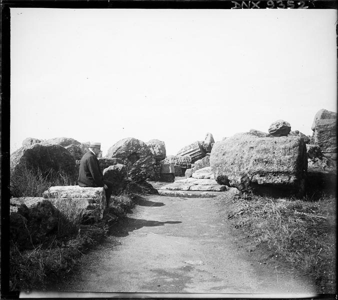 Tambours de colonnes au bord d'un chemin