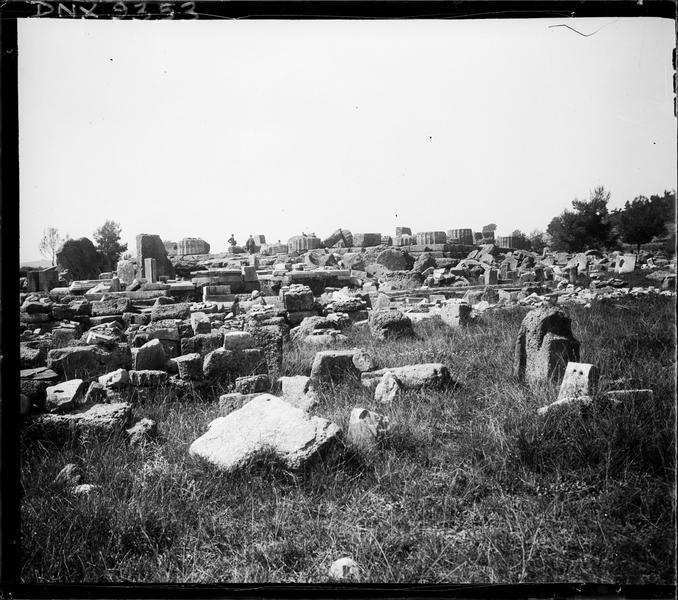Blocs de pierre dispersés et bases de colonnes