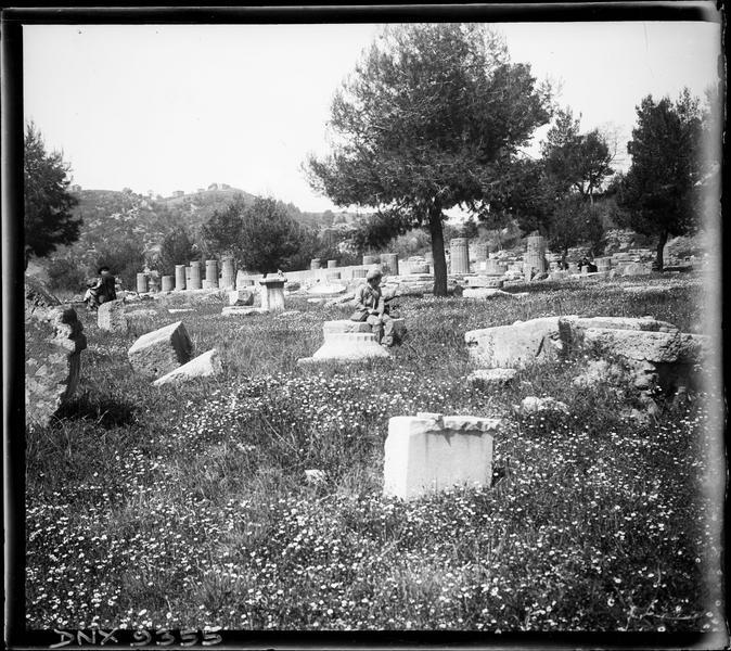 Blocs de pierre dispersés, colonnes partiellement remontées