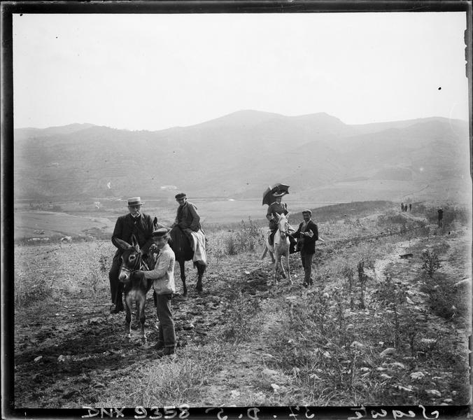 Visiteurs à dos de mules, sur le chemin menant au site antique