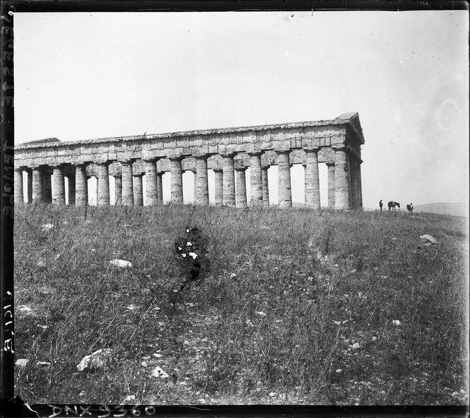 Façade latérale : colonnes doriques non cannelées