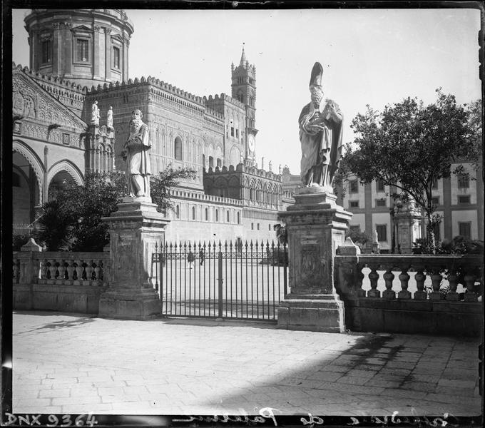 Enceinte extérieure ornée de deux statues monumentales et partie de la façade sud