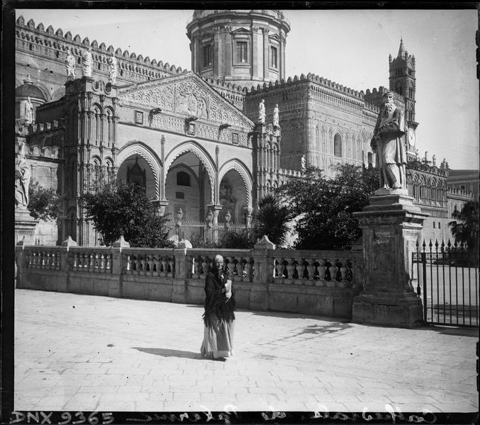 Portail sud et statue monumentale ornant l'enceinte extérieure