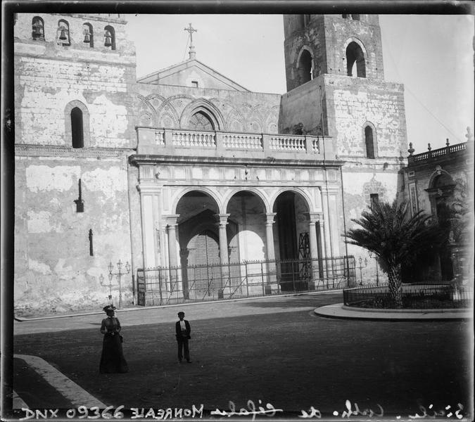 Façade principale, partie basse : portique à trois arches