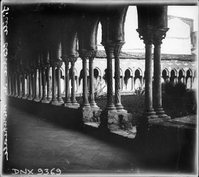 Cloître, intérieur d'une galerie : colonnes géminées