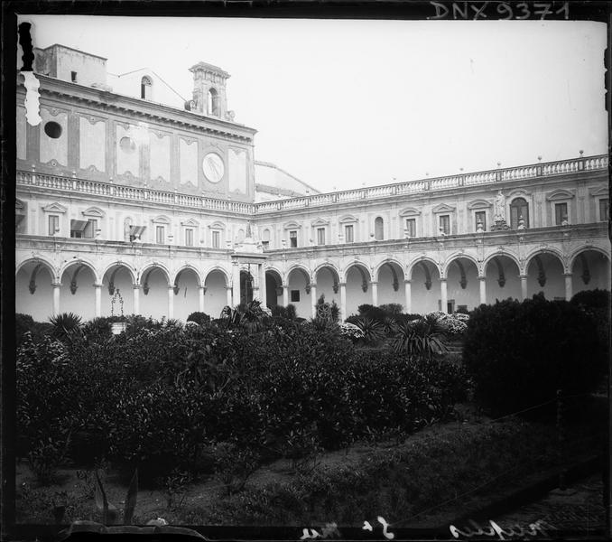 Cloître : deux galeries vues du jardin