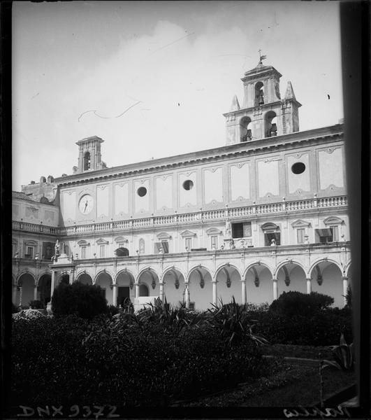 Cloître : galerie et campanile vus du jardin