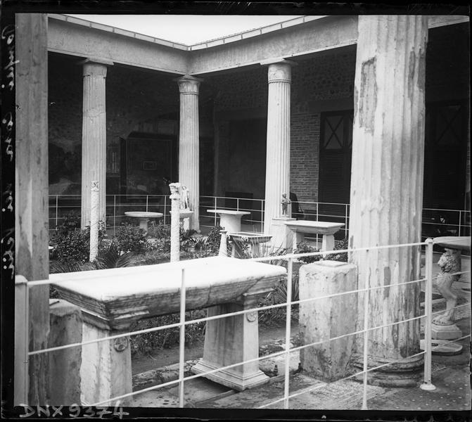 Jardin entouré de colonnes