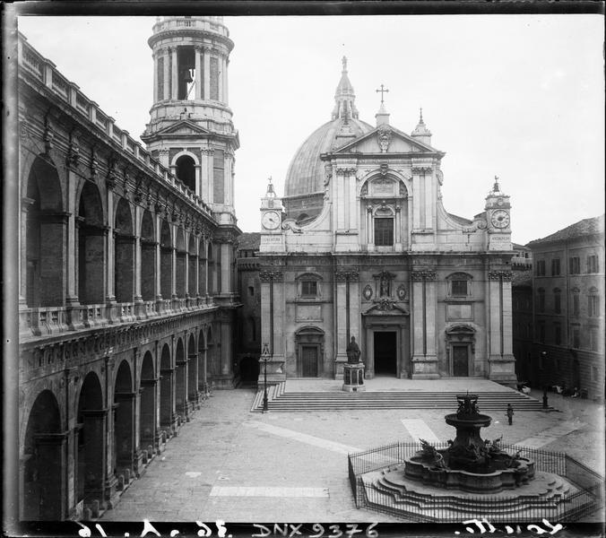 Façade principale et fontaine de Carlo Maderno au milieu de la Piazza della Madonna