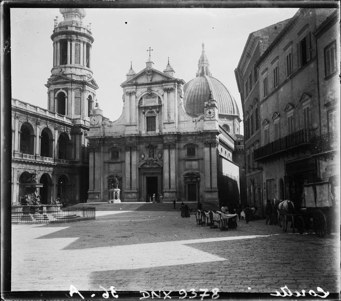 Façade principale sur la Piazza della Madonna