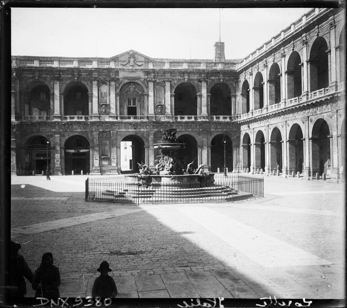 Arcades du palais et fontaine de Carlo Maderno