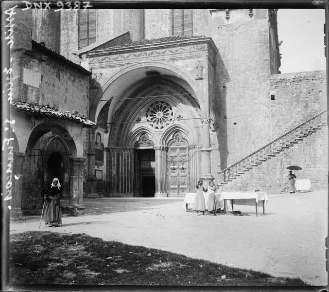 Porche d'entrée de l'église inférieure et escalier d'accès à l'église supérieure
