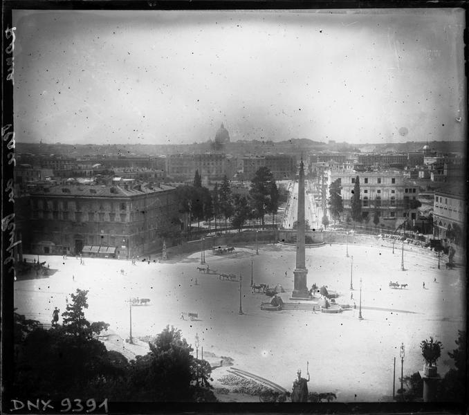 Vue plongeante sur la piazza del Popolo et sur l'obélisque