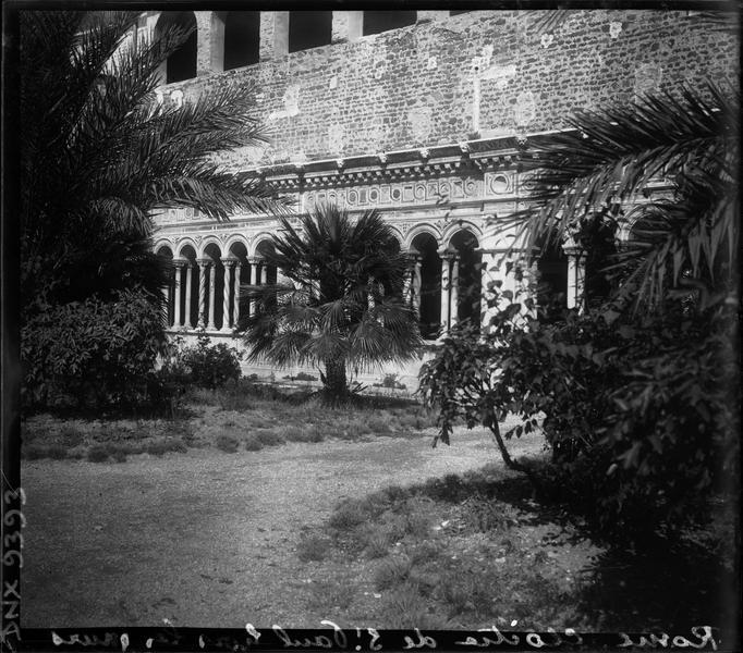Une galerie vue du jardin