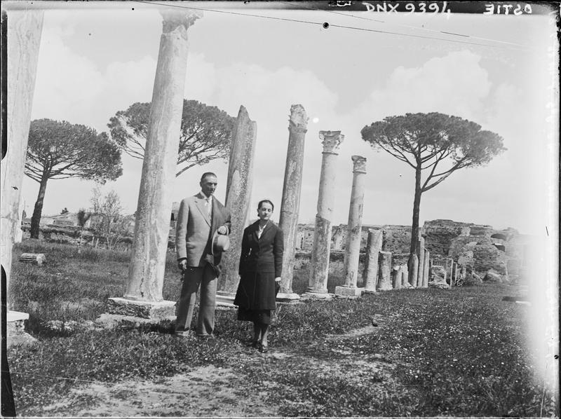 Portrait de M. et Mme Costantini, colonnes et pins parasols en arrière-plan