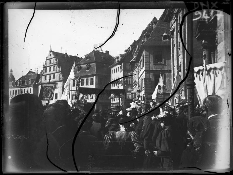 Procession religieuse dans les rues de la ville