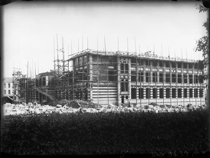 Construction de l'école : façade avec échafaudages