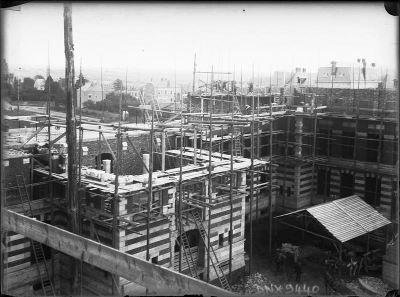 Construction de l'école : vue plongeante sur les échafaudages