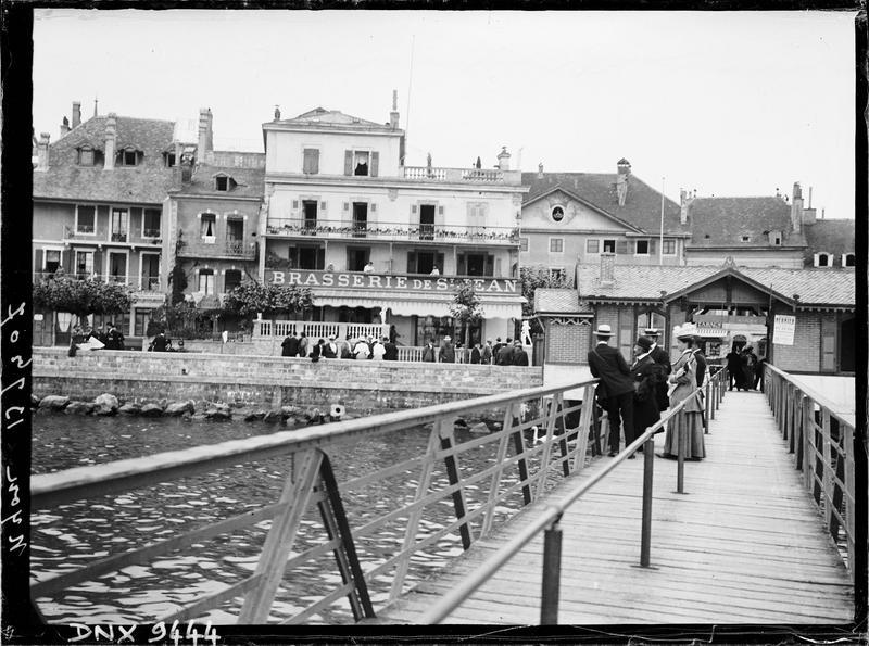 Quais en bordure du lac : passerelle et façade de la brasserie de Saint-Jean