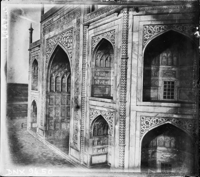 Parois du mausolée : iwans à décor sculpté