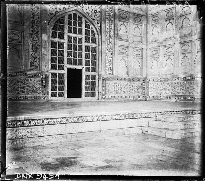 Intérieur d'un iwan : décor sculpté