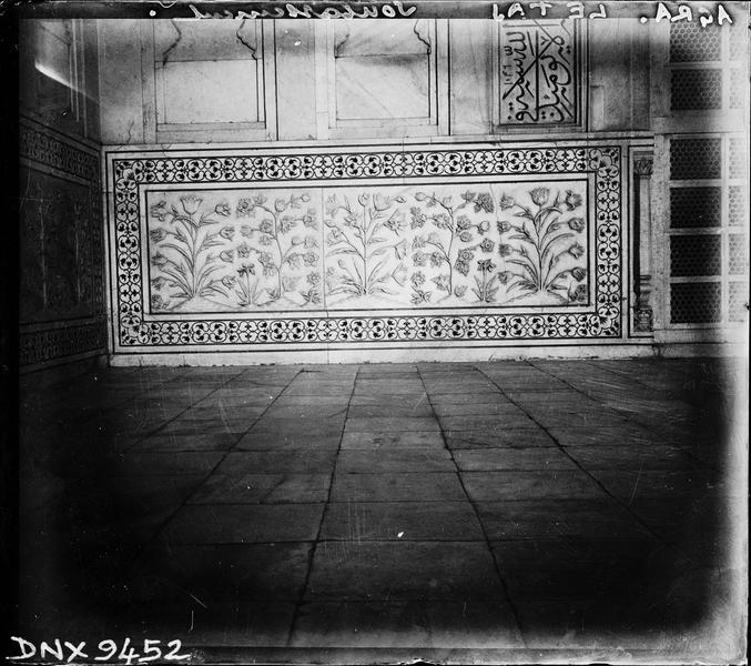 Intérieur d'un iwan : panneau de marbre sculpté et incrusté de pierres de couleur
