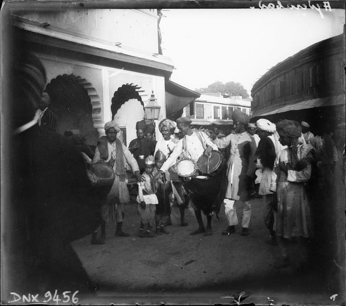 Scène de rue : porteurs de tambours