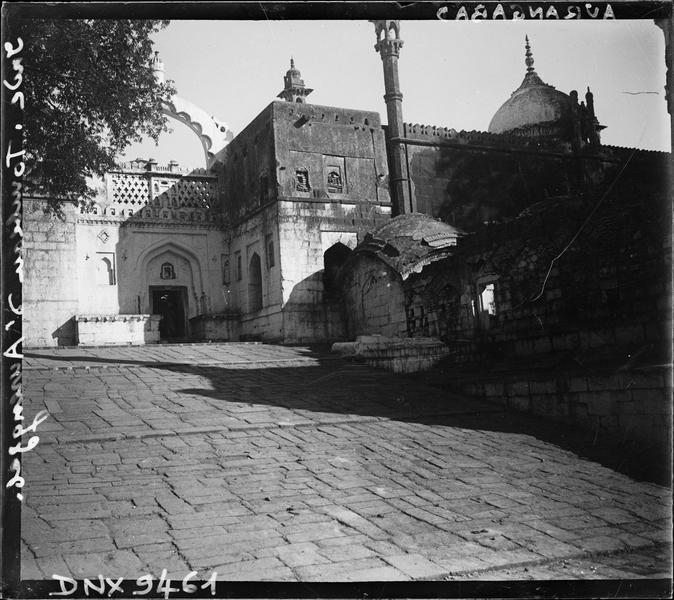Entrée monumentale et mosquée : vue rapprochée