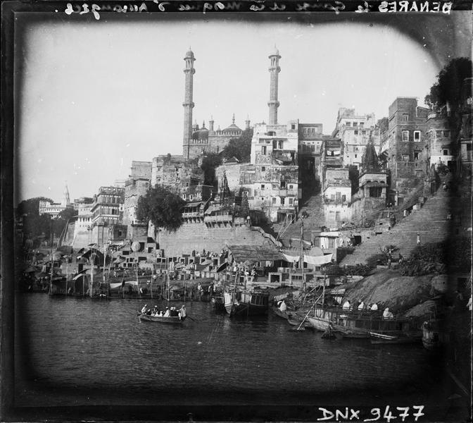 Embarcations, ghats et maisons au bord du Gange, mosquée en arrière-plan