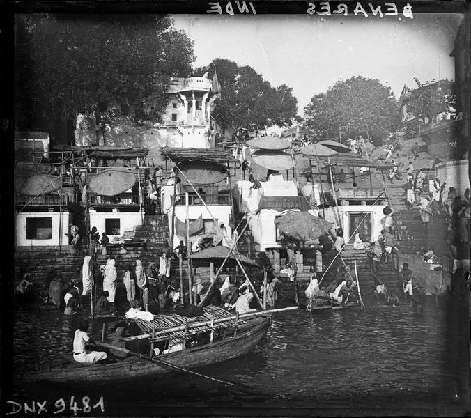 Embarcation et ghat au bord du Gange, pèlerins pratiquant leurs ablutions