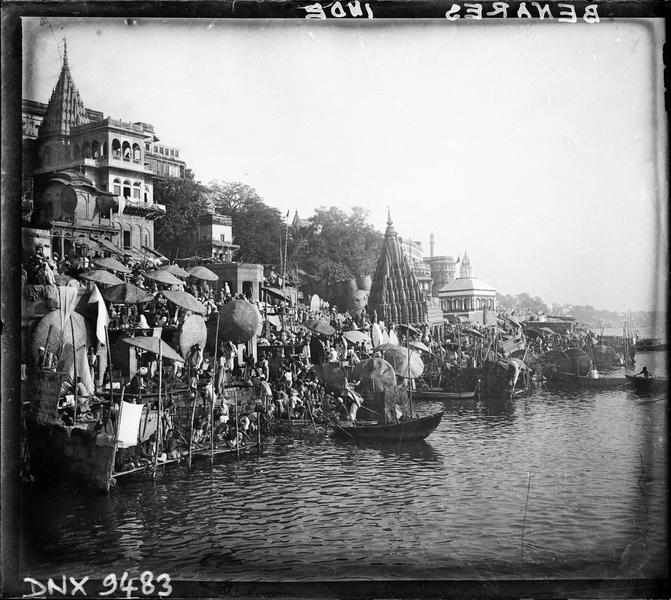 Embarcations et ghat au bord du Gange, pèlerins pratiquant leurs ablutions