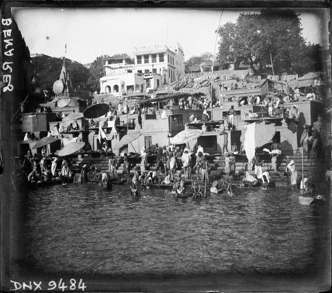 Ghat au bord du Gange, pèlerins pratiquant leurs ablutions