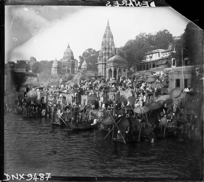 Pèlerins sur un ghat au bord du Gange, temples hindous en arrière-plan