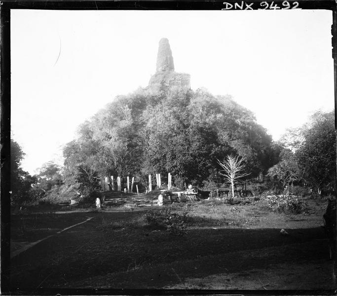 Vue d'ensemble avant rénovation, colonnes de pierre au pied du monument