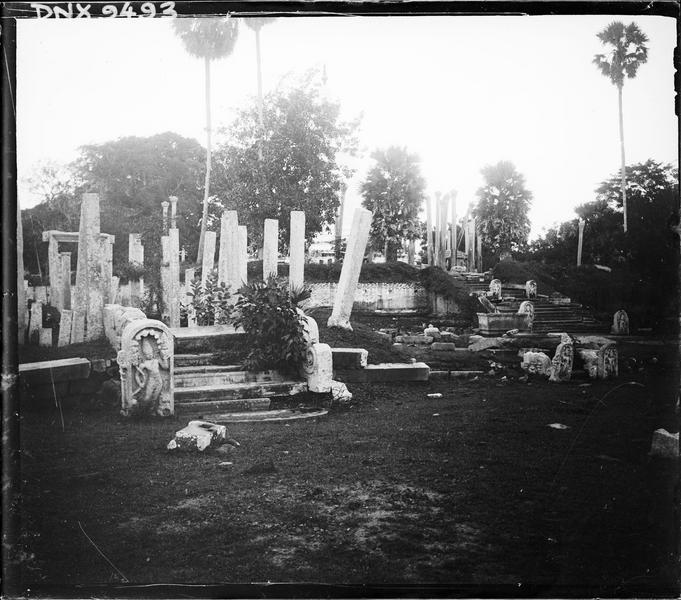 Vestiges : colonnes, escalier et stèles