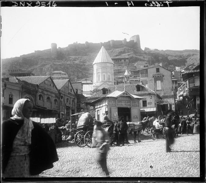 Clocher dominant les maisons dans la vieille ville