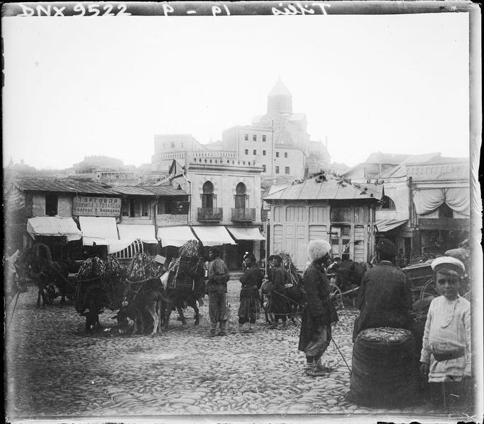 Marché dans la vieille ville : ânes chargés de marchandises