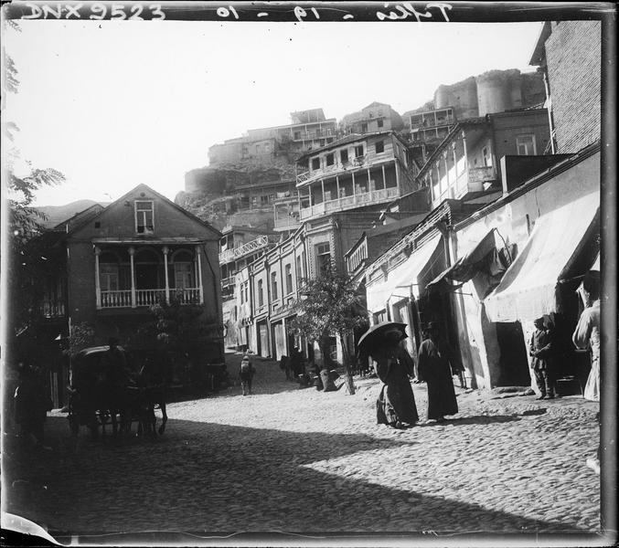 Rue et maisons traditionnelles dans la vieille ville