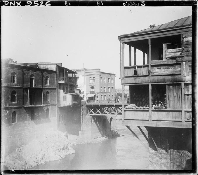 Loggia d'une maison traditionnelle dominant la rivière