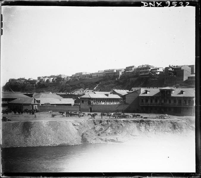 Bords de rivière et quartier de la vieille ville à flanc de colline